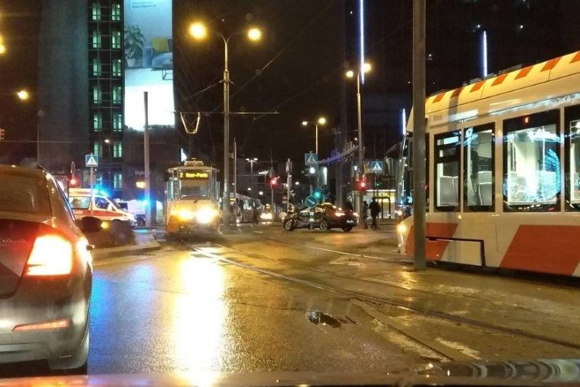 В Таллинне на перекрестке у Стокманн трамвай врезался в машину (ФОТО)