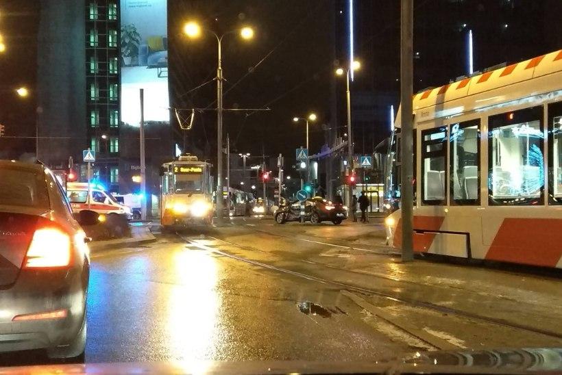 VIDEO | Tallinnas Stockmanni ristmikul rammis tramm autot