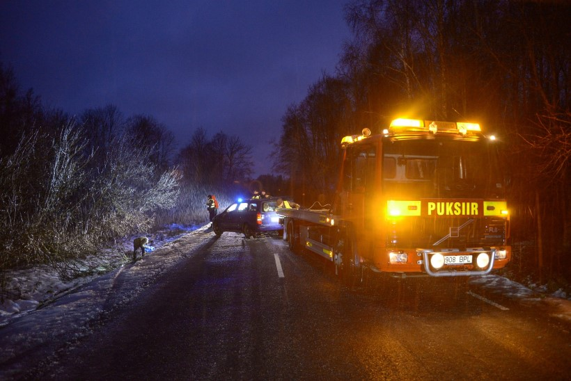 GALERII JA VIDEO | Lätis alkoholi järel käinud soomlased sõitsid Viljandimaal üle katuse