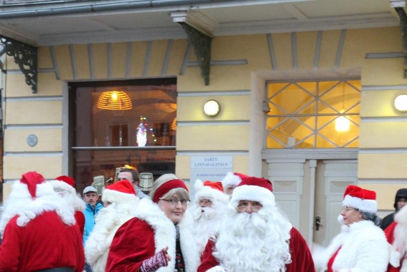 Habe lehvima! Jõuluvanad pidasid Tartu Raeplatsil talimänge