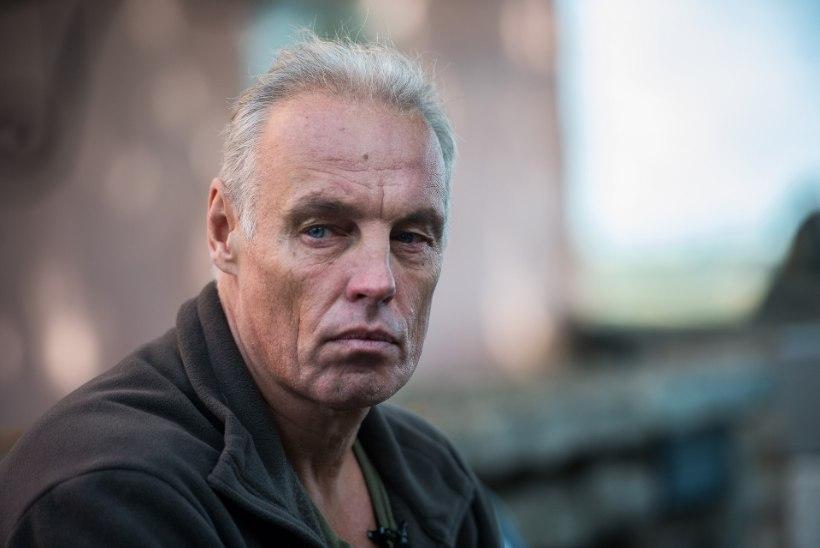 """Palgamõrvar Imre Araka töövõtted Iirimaal: parukaga seljakotirändur, kes Dublinit """"uudistab"""""""