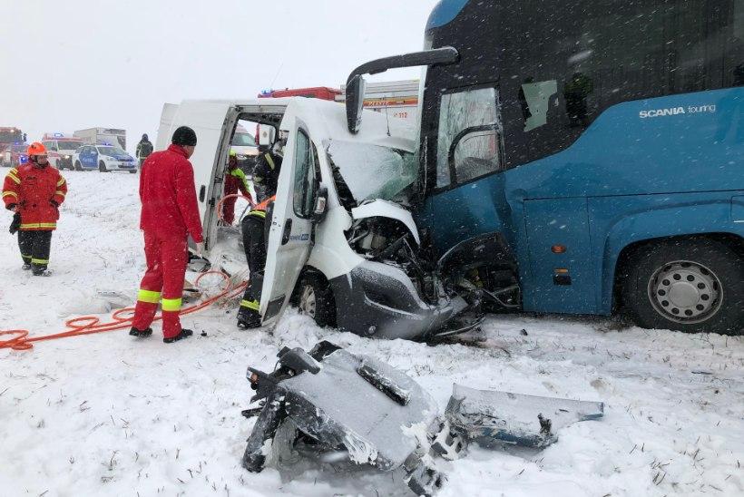 FOTOD SÜNDMUSKOHALT | Tallinna-Tartu maanteel põrkasid kokku liinibuss ja kaubik