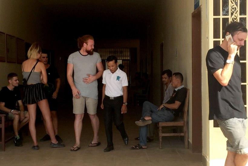 """Seitse """"pornotantsijat"""" pääses Kambodžast kodumaale tagasi"""