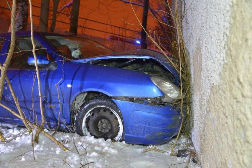 FOTOD ja VIDEO | Viljandis sõitis auto varahommikul sügavasse kraavi ja seejärel vastu maja seina