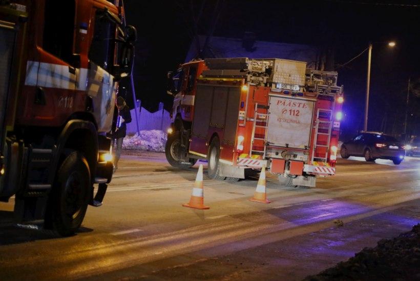 FOTOD | Tallinnas Narva maanteel sütitas lühis diivani, liiklus oli tugevasti häiritud