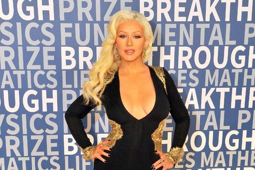 RIIVATU NAINE: palja Christina Aguilera meelad poosid vannis...
