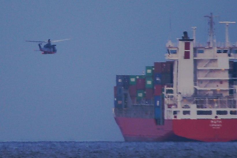 FOTOD ja VIDEO: Mis toimub? Kopter rippus laeva kohal