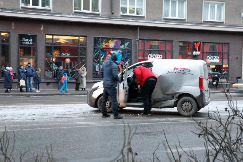FOTOD | Hobujaama peatuse juures said valusalt kokku auto ja tramm