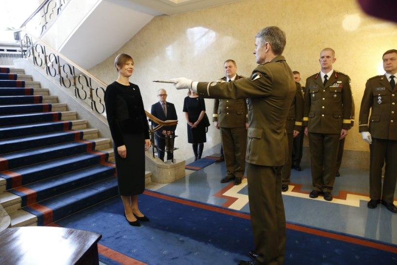 GALERII | TRADITSIOON: president usaldas kaitseväele paraadiks mõõga ja andis üle auastmed
