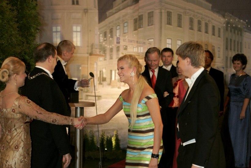 GALERII | Fallos-kaelaehe ja rannakleit ehk vaata aastate jooksul presidendi vastuvõtul enim kõneainet pakkunud riideid ja aksessuaare
