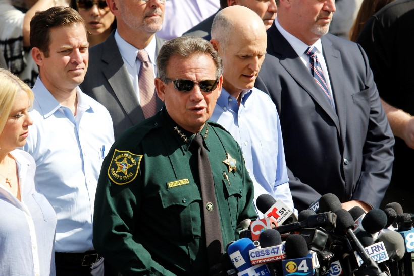 Florida keskkooli valvanud politseinik ei sisenenud tulistamise ajal kordagi koolimajja