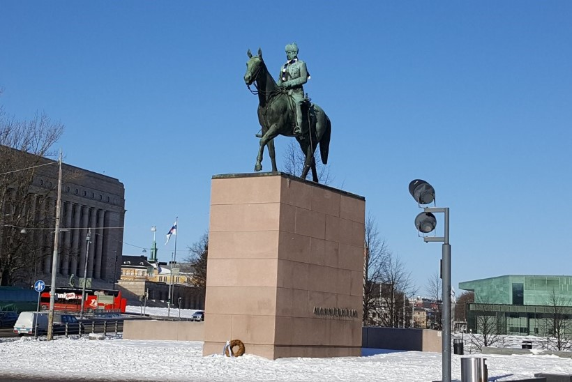 GALERII | Sinimustvalged sallid jõudsid ka Helsingi skulptuuride kaela