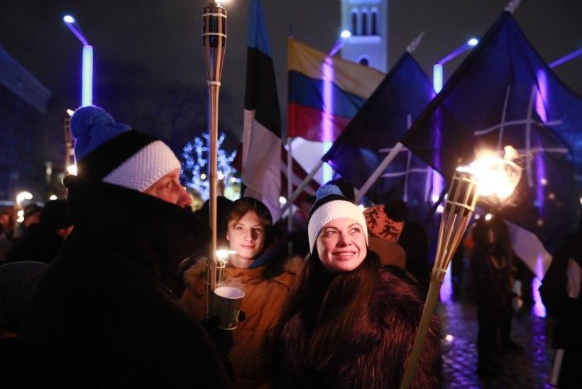 GALERII ja VIDEO   EKRE  kutsus toetajaid  vabariigi aastapäeval tõrvikurongkäigule