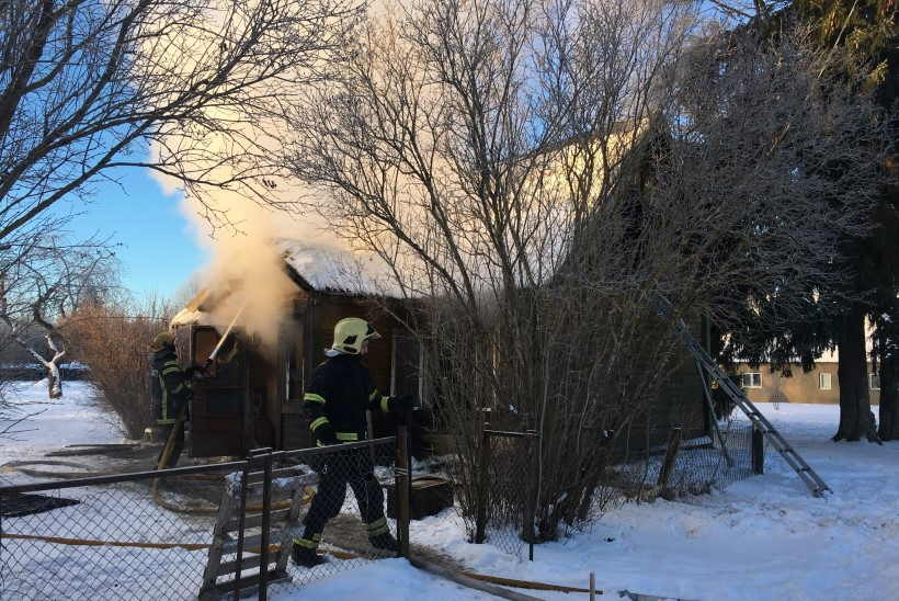 GALERII ja VIDEO    Suure-Jaanis põles maja, vana mees ja koer pääsesid põlengust