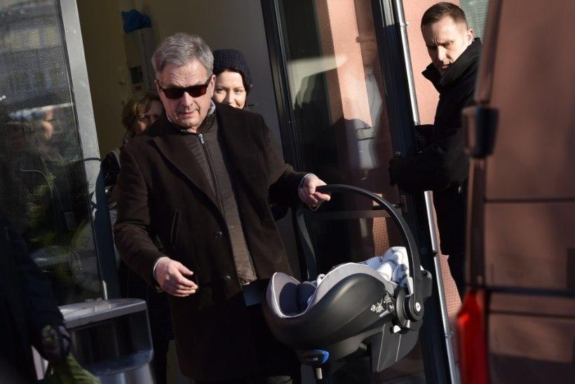 ÜLLATUS KASSASABAS: Soome president ostis lapsele mähkmeid