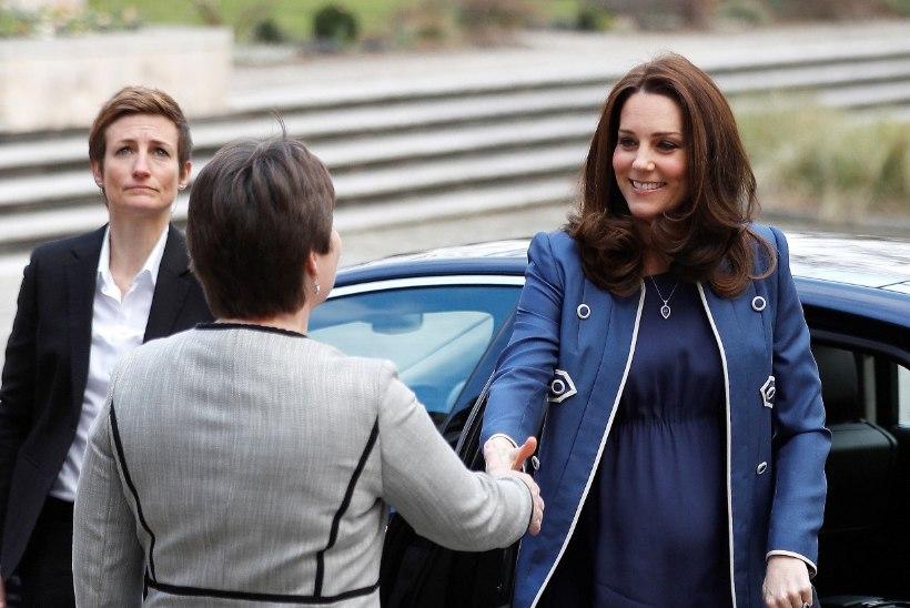 Rase Kate Middleton vilgutas sinise mantli vahelt ümarat kõhukest