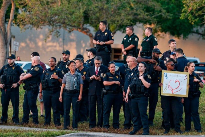 FOTOD   Florida õpilased läksid esimest korda pärast tulistamist tundidesse tagasi