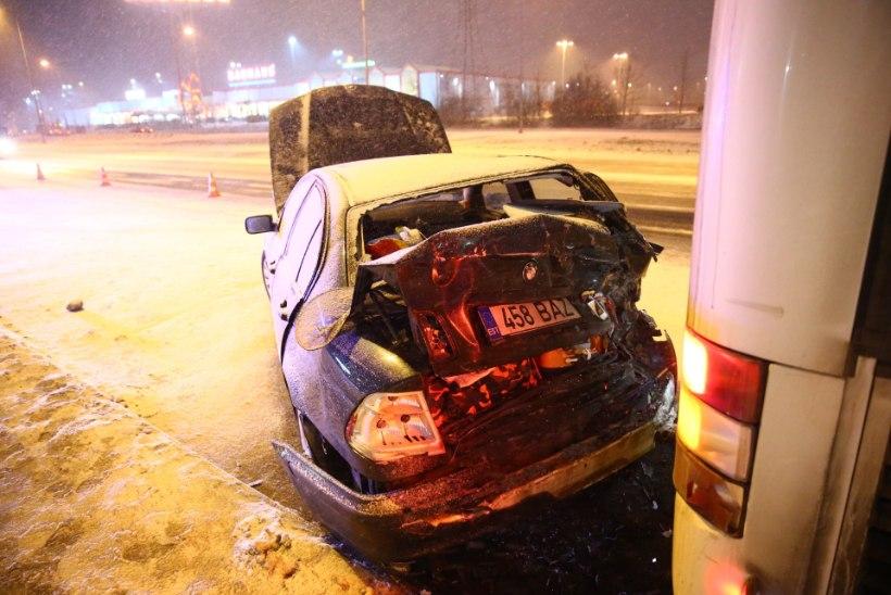 VIDEO JA FOTOD | Bussi ramminud BMW juht viidi haiglasse