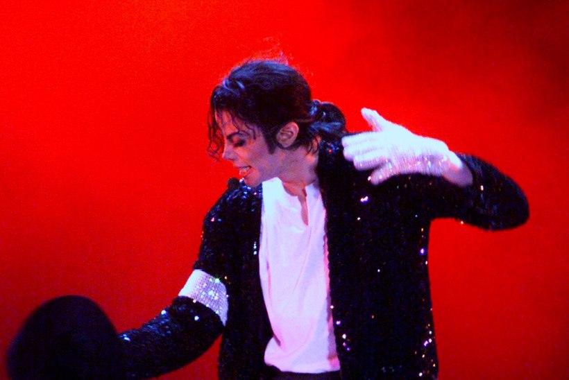 """Suri Michael Jacksoni megahiti """"Billie Jean"""" trummar"""