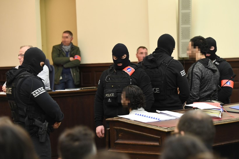 FOTOD   Brüsselis peetakse kohut Pariisi terrorirünnakute organiseerimises kahtlustatava Salah Abdeslami üle