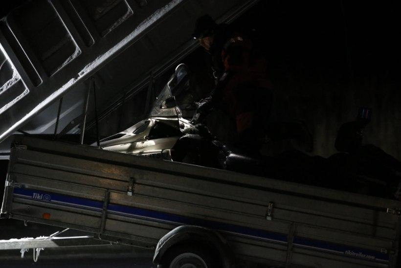 VIDEO  ja GALERII SÜNDMUSKOHALT | Munalaiu ja Manilaiu vahel vajus kaubik läbi jää, välja on toodud kolm surnukeha, operatsiooniga jätkatakse hommikul