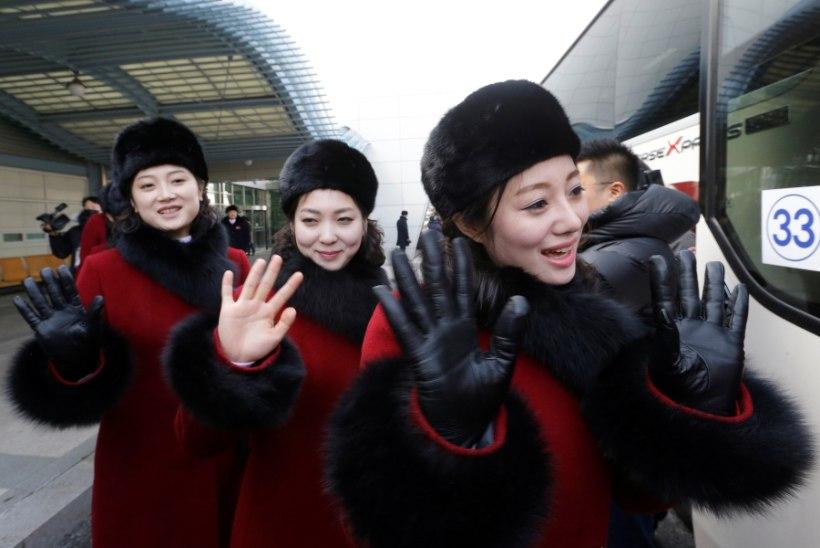 GALERII | Põhja-Korea saadab olümpiale sadu kauneid ergutustüdrukuid