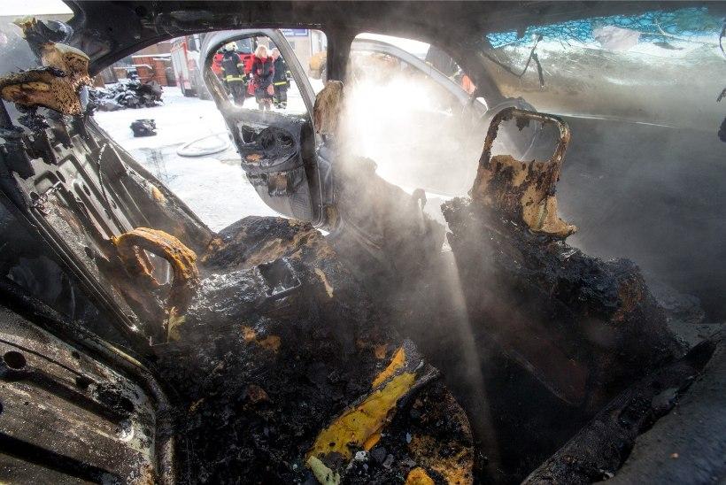 ÕHTULEHE KATSE | Meetrine tulelont paiskub autoaknast välja, klaasid purunevad, bensiiniaurud plahvatavad – kas autojuhil õnnestub veel midagi päästa?