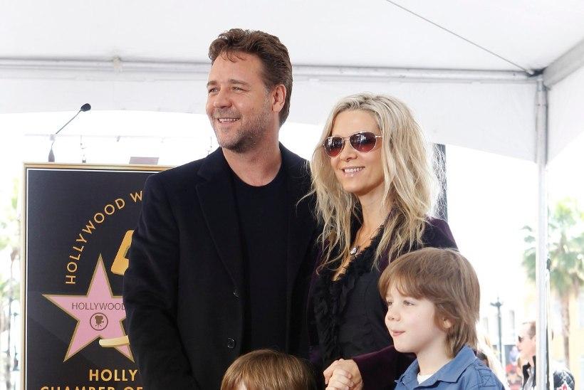 LAHUTUSOKSJON: Russell Crowe parseldab oma kubemekaitsmeid ja saurusekoljusid