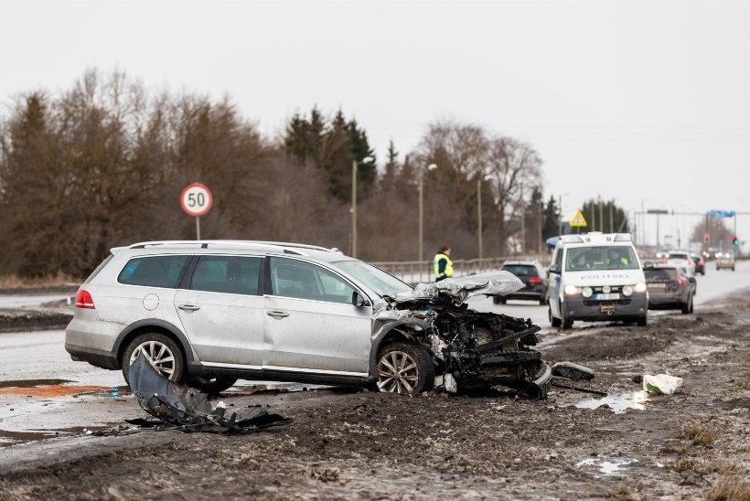VIDEO JA GALERII | Kolme auto raske kokkupõrge sulges Peterburi teel liikluse