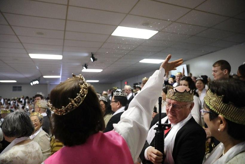 FOTOD | Ameerika usklikud relvafännid kogunesid automaatidega jumalateenistusele