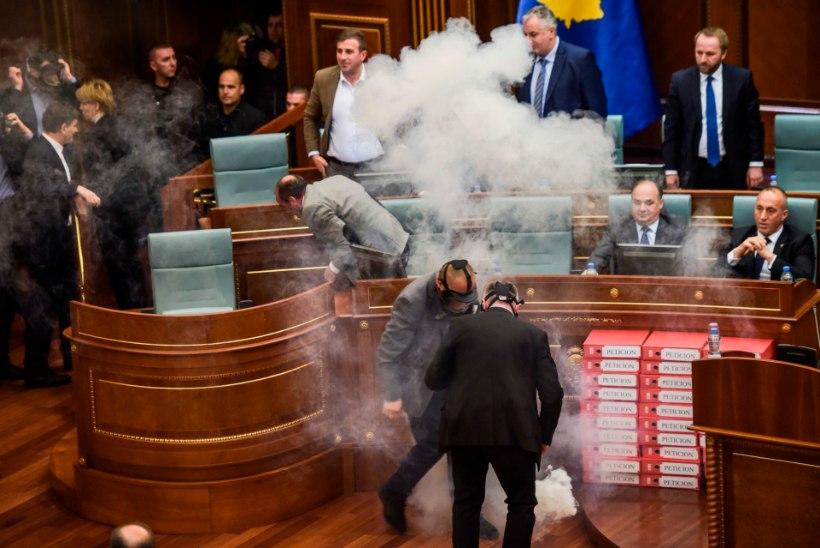 FOTOD JA VIDEO | Kosovo opositsioonipartei lasi parlamendis pisargaasi käiku