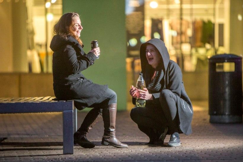 Mees jootis tüdrukutele mänguväljakul alkoholi