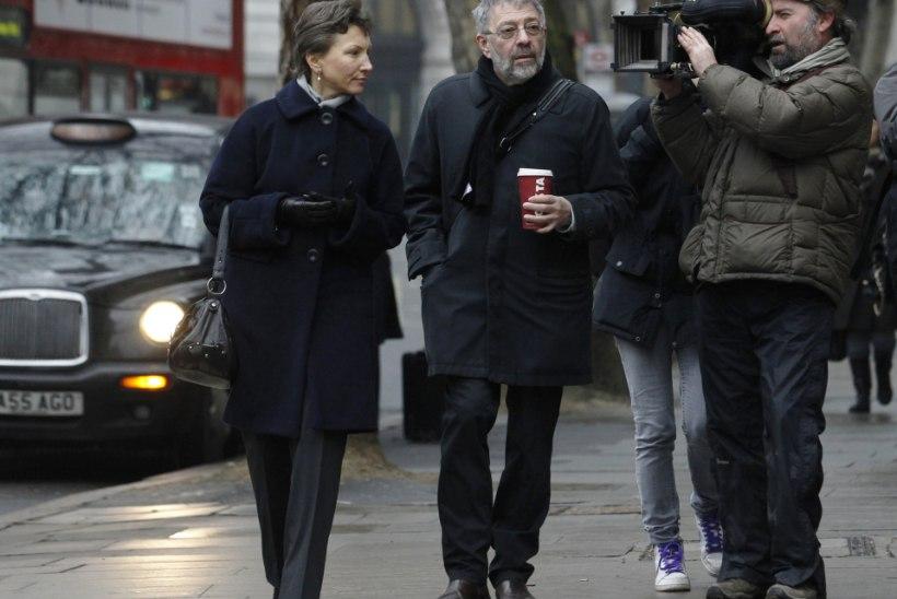 ALEX GOLDFARB: Valter Litvinenko suudleb poja mõrvari kätt