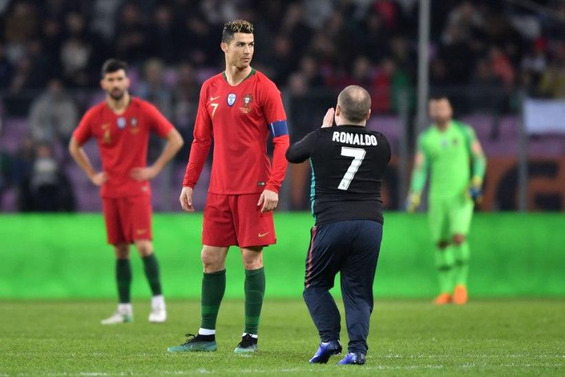 FOTOD | Platsile tormanud fänn üritas Ronaldot suudelda, Portugal sai Hollandilt kolaka