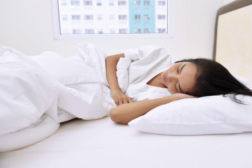 Armastad külili magada? Parema une nimel pea meeles neid viit asja.