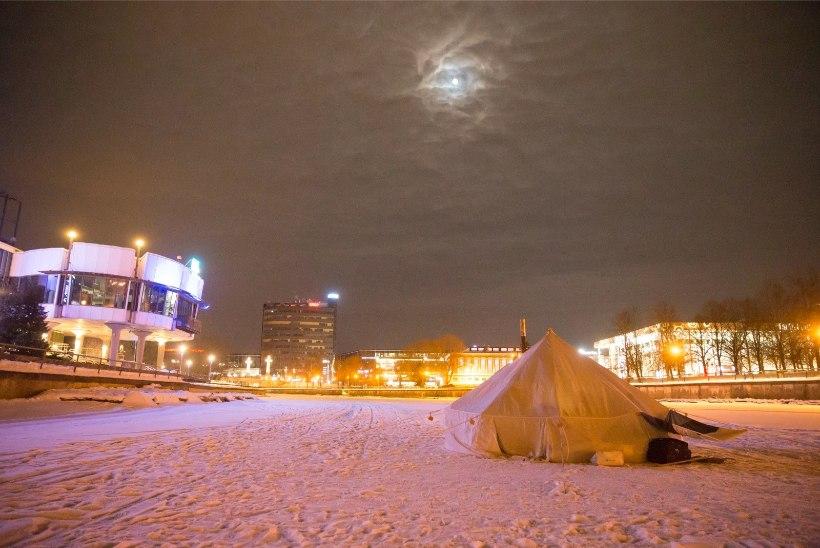 GALERII ja VIDEO | Geograafiatudengid veetsid öö Emajõe jääl telkides