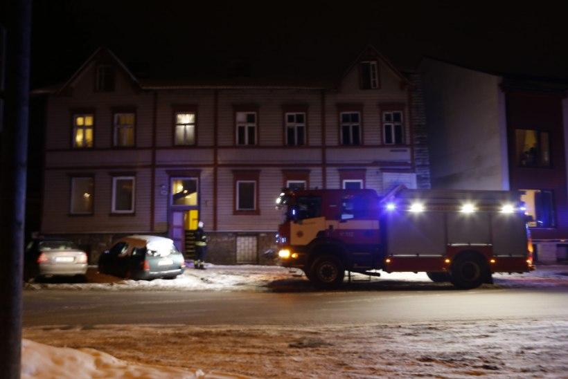 FOTOD   Päästjad Juurdeveo tänava majas põlengut ei leidnud, küll aga veeavarii