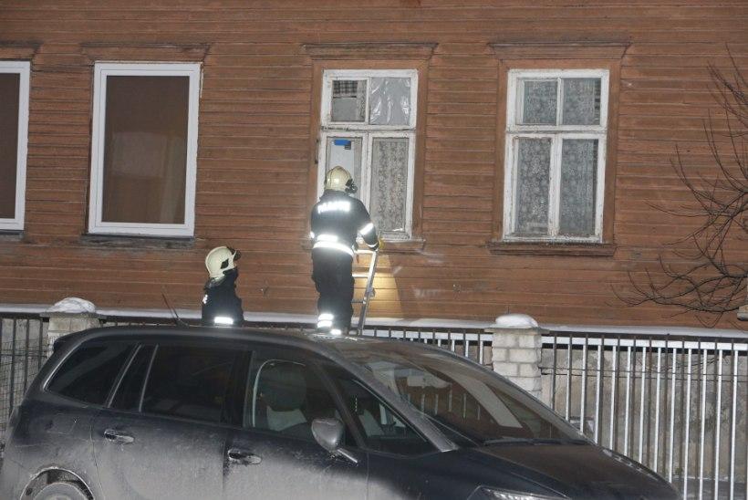 FOTOD | Päästjad Juurdeveo tänava majas põlengut ei leidnud, küll aga veeavarii