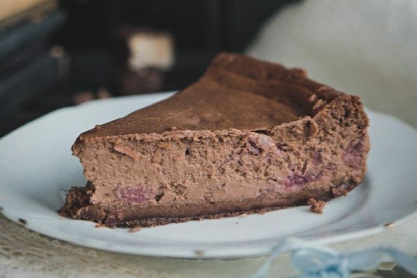 RETSEPT | Tummine šokolaadi-toorjuustukook kirssidega