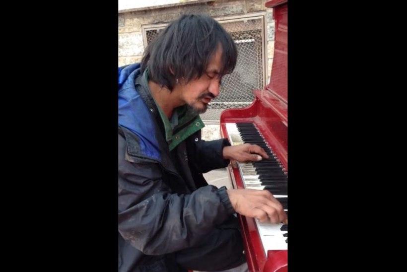 46 aasta vanuselt suri paljude südamed võitnud kodutu klaverimängija