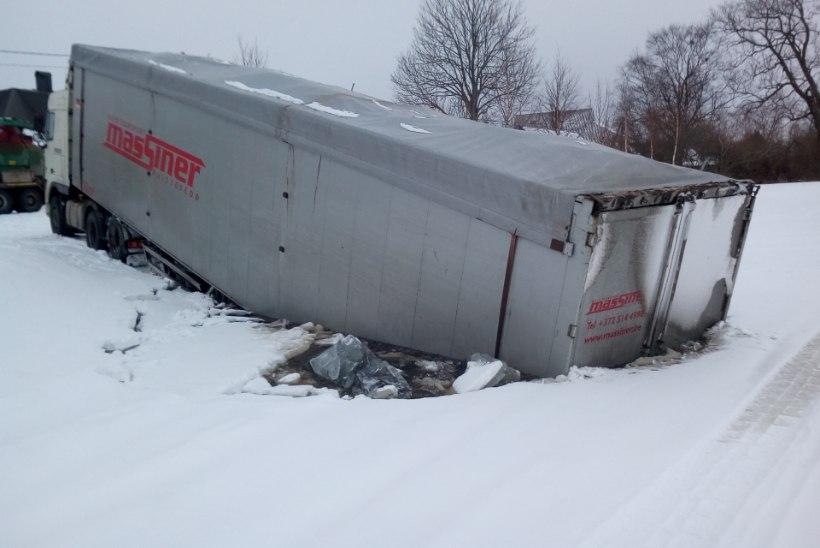 FOTOD | Purjus veokijuht vajus masinaga läbi Peipsi jää