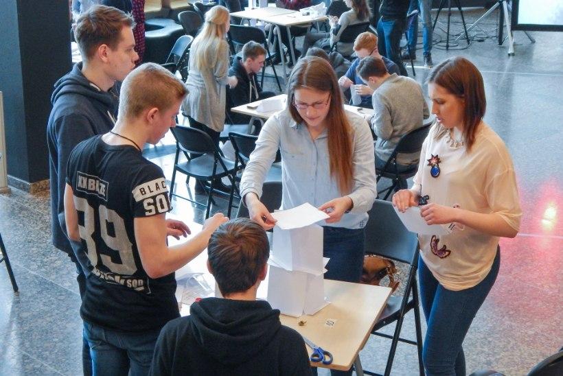 Ülesanne gümnasistidele: ehitage paberilehtedest torn