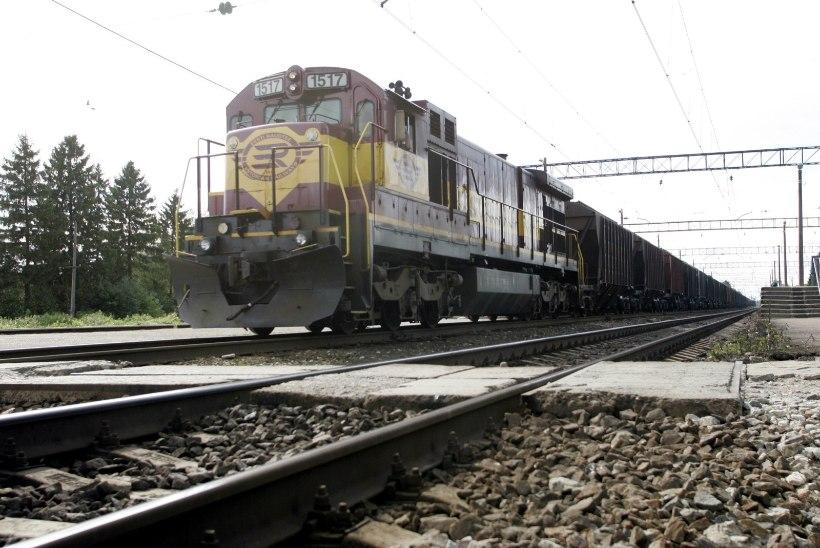 VIDEO   Valgas oleks jalgrattaga raudteed ületanud nooruk peaaegu rongi alla jäänud