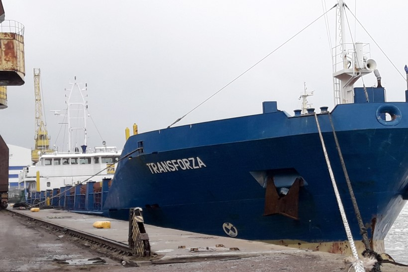 FOTOD: Kihnu all kividesse sõitnud laeva kõhualune on puruks