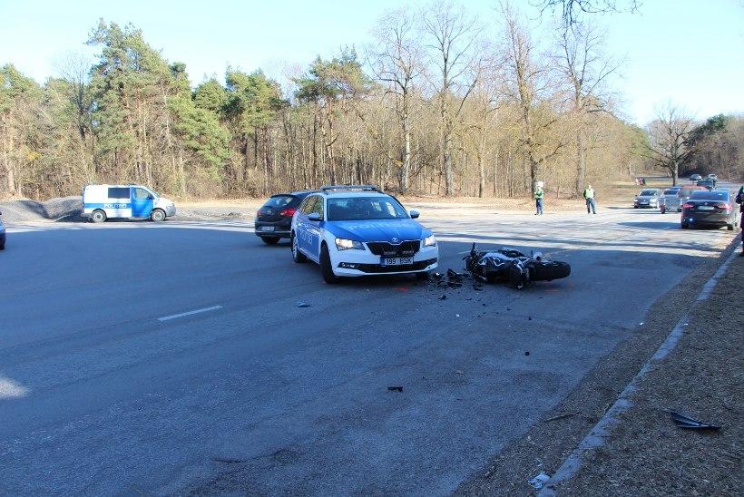 FOTOD | Pärnus rammis politsei mootorratturit, kes kihutas ligi 200 km/h