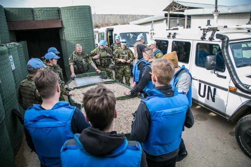 GALERII   Liis Lemsalu lahutab Liibanonis teenivate Eesti kaitseväelaste meelt