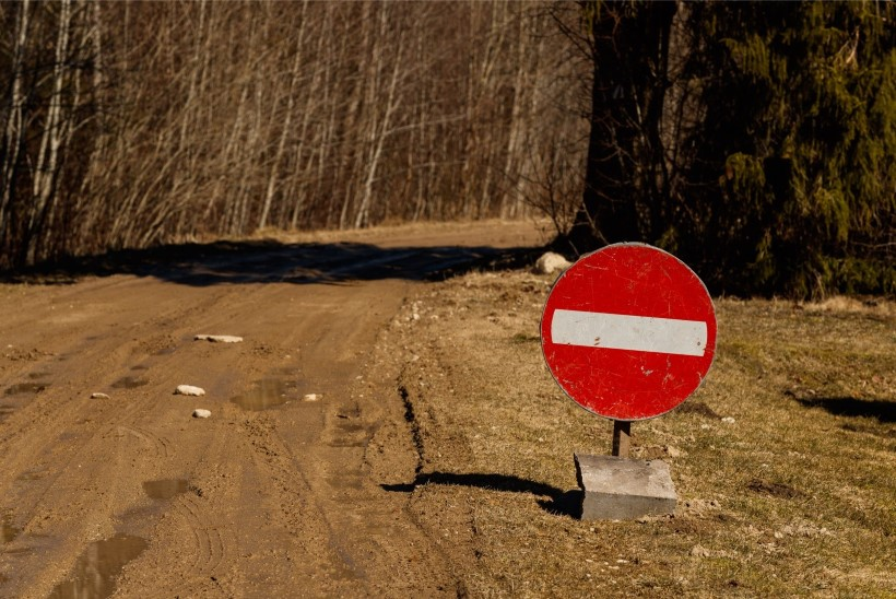 """FOTOD   MÜLGAS TALLINNA KÜLJE ALL: """"Tee on julm. Võõra aitab välja traktor."""""""