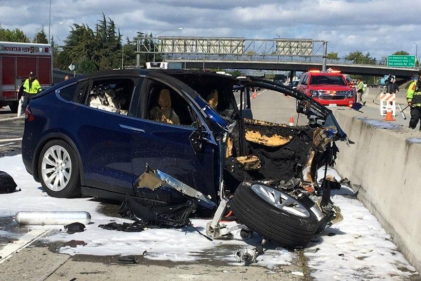 Isejuhtiva auto uus surmasõit: autopiloodiga Tesla roolis istunu hukkus avariis