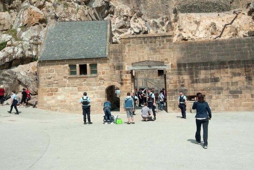 Prantsuse võimud evakueerisid rünnaku kartuses Mont-Saint-Micheli saare