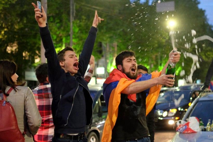 FOTOD | Armeenlased tähistasid juubeldades peaministri tagasiastumist, emotsioone ei hoitud tagasi ka Jerevani suundunud lennukis